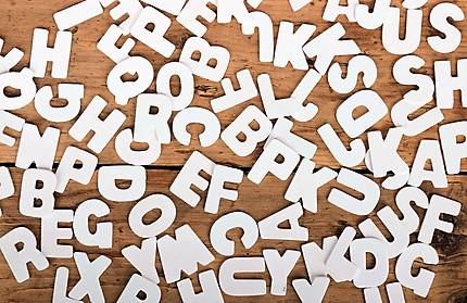 Holzhintergrund mit weien Buchstaben
